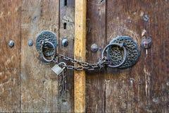 Старая дверь с padlock стоковые фото