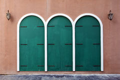 Старая дверь grunge, колониальный стиль, с столбом лампы Стоковая Фотография