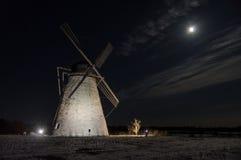 Старая ветрянка в лунном свете стоковое фото