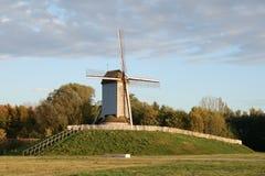 Старая ветрянка в полях Фландрии. Стоковые Изображения RF
