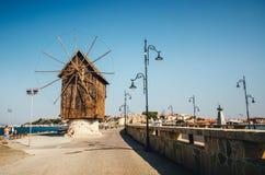 Старая ветрянка на пути к древнему городу Nessebar всемирного наследия ЮНЕСКО в Болгарии Стоковые Изображения