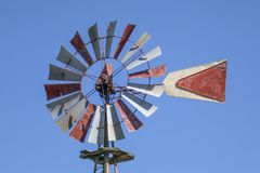 Старая ветрянка Техаса - обрабатывать землю антиквариат стоковая фотография