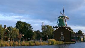 Старая ветрянка, Zaanse Schans, Zaanstad, Нидерланд акции видеоматериалы