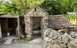 Старая викторианская уборная во дворе с сараем угля Стоковая Фотография
