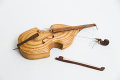 Старая винтажная деревянная сломанная скрипка с смычками на белой предпосылке Стоковое Фото