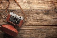 Старая винтажная камера на деревянной предпосылке горизонтальной стоковая фотография rf