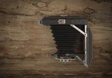 Старая винтажная камера складчатости на древесине Стоковая Фотография