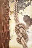 Старая винтажная карта мира на желтой ретро запятнанной бумаге с узлом веревочки Стоковые Фотографии RF