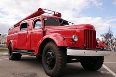 Старая винтажная классическая пожарная машина стоковая фотография