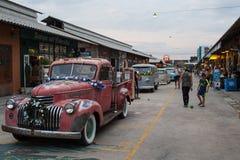 Старая винтажная красная тележка Шевроле на рынке ночи, дороге Srinakarin Стоковые Изображения RF
