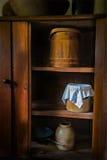 Старая винтажная кладовка фермы кухни стоковое изображение