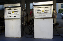 Старая винтажная машина газового насоса Стоковые Фотографии RF