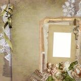 Старая винтажная предпосылка с рамкой, вянуть розы, старые письма, открытки, шнурок, статуя ангелов Стоковые Изображения RF