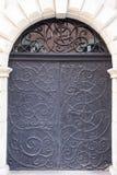 Старая винтажная черная дверь металла стоковые фото