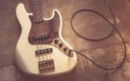 Старая винтажная электрическая басовая гитара Стоковая Фотография