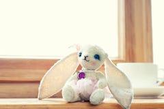 Старая винтажная handmade умная игрушка куклы кролика плюша искусства Стоковое фото RF