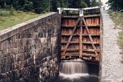 Старая вода затвора у шлюза или шлюза протекая на дверях Стоковая Фотография RF