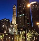 Старая водонапорная башня Чикаго на ноче, рождестве стоковое фото rf