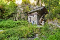 Старая водяная мельница в чаще леса Западное Carinthia, Австрия Стоковые Изображения