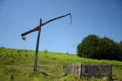 Старая водяная скважина с деревянной системой рычага и отсутствие прикрепленное ведро Стоковые Фото