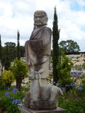 Старая восточная статуя с молодыми оленями Стоковые Изображения RF