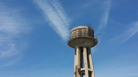 Старая водонапорная башня с голубым небом Стоковые Фотографии RF