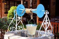 Старая водяная скважина с шкивом и ведром Стоковые Фотографии RF