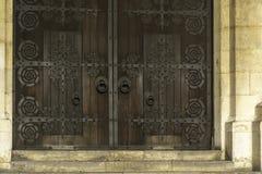 Старая входная дверь деревянных и металла Стоковые Изображения