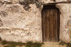 Старая входная дверь дома пещеры волшебника Стоковые Фото