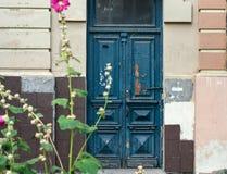 Старая выдержанная голубая дверь Стоковое Изображение RF