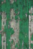 Старая выдержанная естественная деревянная текстура части загородки предпосылки Деревенская деревянная Debarked картина зеленого  Стоковые Фотографии RF