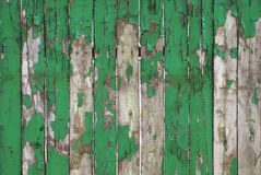 Старая выдержанная естественная деревянная текстура части загородки предпосылки Деревенская деревянная Debarked картина зеленого  Стоковые Фото