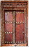 Старая выдержанная дверь здания в каменном городке, Занзибаре Стоковое фото RF