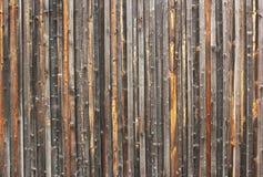 Старая выдержанная загородка сделанная вертикальных деревянных планок Стоковое Изображение