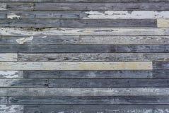 Старая выдержанная и слезанная белизна покрасила деревянную стену Стоковые Фото