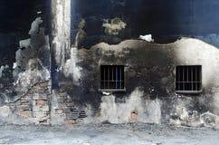 Старая выдержанная покрашенная предпосылка стены Окна запертые утюгом Стоковые Фото