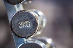 Старая гантель хрома 3kg в шкафе стоковое изображение rf