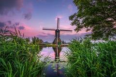 Старая голландская ветрянка на заходе солнца в Kinderdijk, Нидерландах Стоковые Изображения RF