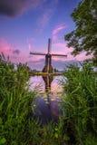 Старая голландская ветрянка на заходе солнца в Kinderdijk Стоковые Фотографии RF