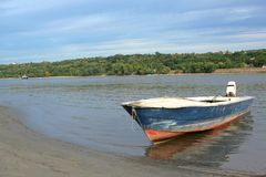 Старая голубая и красная шлюпка на реке стоковое фото rf