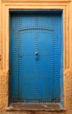 Старая голубая обитая морокканская дверь riad, Стоковое Изображение