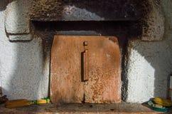 Старая горящая деревянная печь Стоковые Фото
