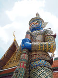 Старая голубая гигантская статуя с цветом золота павильона на Таиланде Стоковая Фотография RF