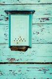 Старая голубая коробка для писем вися на деревянной стене Стоковое Изображение RF