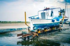 Старая греческая рыбацкая лодка в цветах сухого дока голубых белых, Ka Paralia стоковое изображение rf