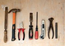 Старая группа инструментов оборудования установила на древесину зерна Стоковые Фотографии RF