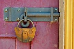 старая двери locked стоковое изображение