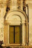 Старая дверь, белые стены, стиль Рима стоковые фото