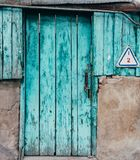 Старая дверь бирюзы с треснутой предпосылкой краски Стоковое Изображение