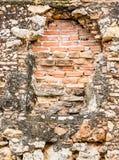 Старая дверь была bricked сверх на бедно поддерживаемой стене Стоковое Изображение